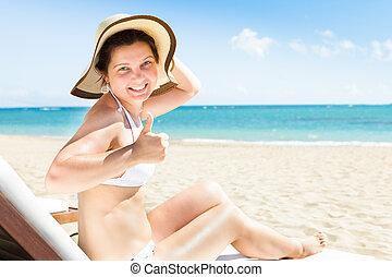 vrouw, op, duimen, stoel, strand, gesturing