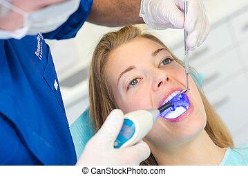 vrouw, op, een, tandkundige afspraak