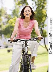 vrouw, op, fiets, het glimlachen