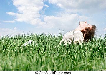 vrouw, op, hemel, groene achtergrond, gras, vrolijke