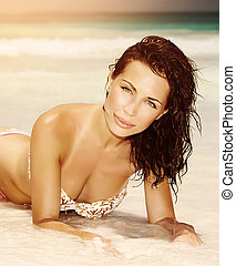 vrouw, op het strand, in, ondergaande zon , licht