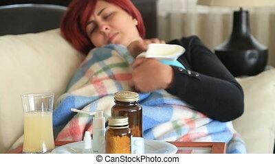 vrouw, op het thuis ziek, met, griep, het liggen op het bed, en, het rusten