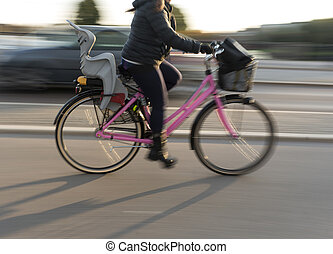 vrouw, op, roze, fiets