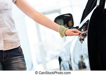 vrouw, opent, de, deur, om te, een, nieuwe auto