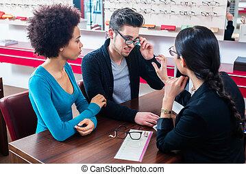 vrouw, opticien, winkel, man, aankoop, bril