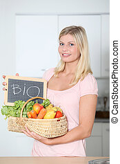 vrouw, organisch voedsel, vasthouden, mand, het glimlachen