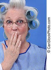 vrouw, oud, haar, haarrollen, verwonderd