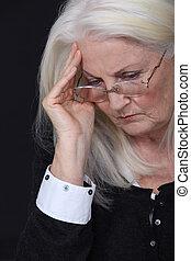 vrouw, oud, hoofdpijn