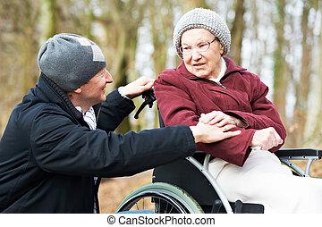 vrouw, oud, wheelchair, zoon, senior, voorzichtig