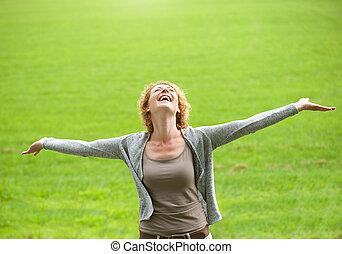 vrouw, ouder, armen, onbezorgd, het glimlachen, open