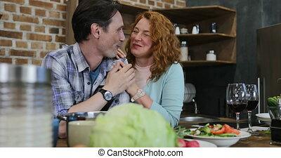 vrouw, paar, elke, het kijken, anderen, man, omhelzen, thuis kookgelegenheid, vrolijke