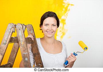 vrouw, paintroller, muur, ladder, tegen, vasthouden