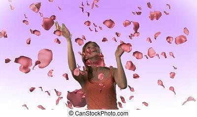 vrouw, pakkend, het vallen, rozen, in, hd