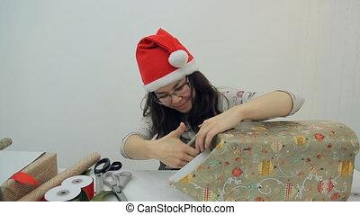 vrouw, pakking, kado, met, cadeaupapier, het bereiden, voor,...