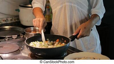 vrouw, pan, groentes, moderne, jonge, het koken, het braden, meisje, keuken, mengen, maaltijd, het bereiden