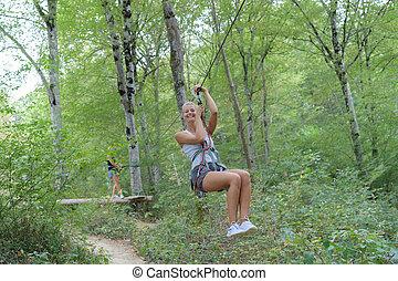 vrouw, park, hoge draad, avontuur klimmen