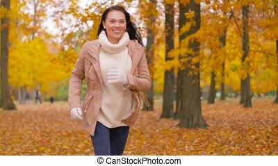 vrouw, park, jonge, herfst, rennende , vrolijke