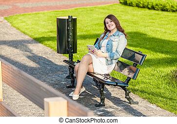 vrouw, park, tablet, bankje