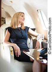 vrouw, particulier, het kijken, venster, door, jet's