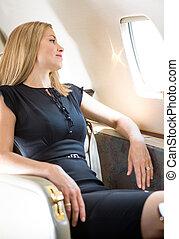 vrouw, particulier, het kijken, venster, door, jet's, rijk