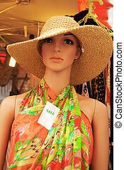 vrouw, paspop, geklede, in, een, kleurrijke, zomer jurk, en, een, stro hoed, met, een, verkoop teken