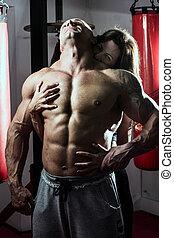 vrouw, passionately, omvat, gespierd, man, in de gymnastiek