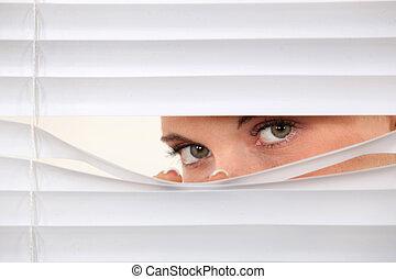 vrouw, peering, door, blinden