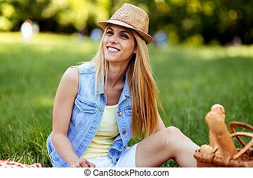 vrouw, picknick, vrije tijd, het genieten van, vrolijke
