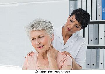 vrouw, pijn, hals, het kijken, chiropractor, senior