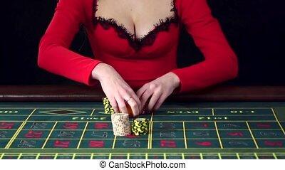 vrouw, plaatsing, een, alle in, weddenschap, in, roulette.,...