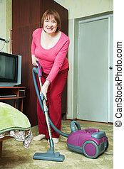 vrouw, poetsen, met, vacuüm, cleane