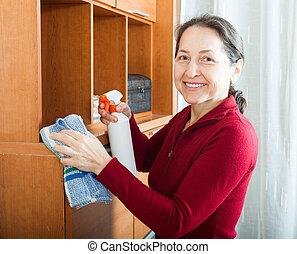 vrouw, poetsen, meubel, met, reinigingsmiddel, en, vod