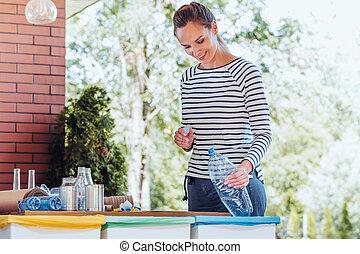 vrouw recyclage, fles, plastic