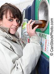 vrouw recyclage, glas bottelt