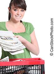 vrouw recyclage, krant