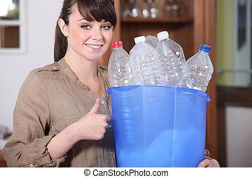 vrouw recyclage, plastic flessen
