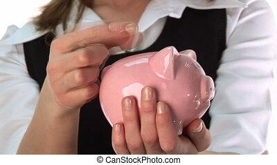 vrouw, reddend geld, in, een, piggy bank