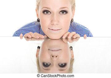 vrouw, reflectie, spiegel, glimlachen, witte achtergrond