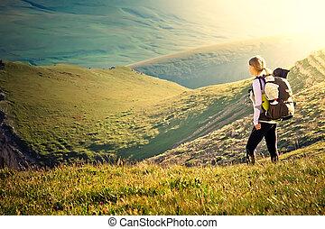 vrouw, reiziger, met, schooltas, wandelende, in, bergen, met, mooi, zomer, landscape, op achtergrond, alpinisme, sportende, levensstijl, concept