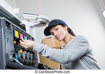 vrouw, repareren, patroon, in, printer, machine, op, kantoor