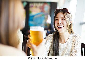 vrouw, restaurant, jonge, drinkt, het roosteren, vrolijke