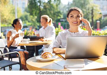 vrouw, restaurant, zittende , vrolijk, terwijl, roepen, terras, vervaardiging
