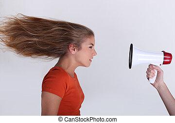 vrouw, revers, megafoon