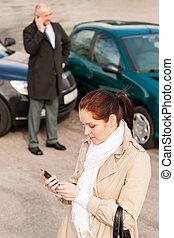 vrouw, roepende, verzekering, na, auto-ongeluk, botsing