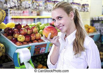 vrouw, ruiken, een, mango, in, de, supermarkt