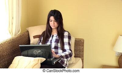 vrouw, schattig, haar, het kijken, draagbare computer