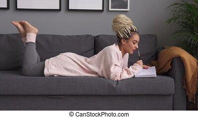 vrouw, schema, sofa, schrijvende , aantekenboekje, hipster,...