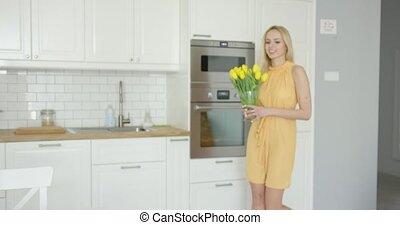 vrouw, schikken, vaas, met, bloemen, op, tafel