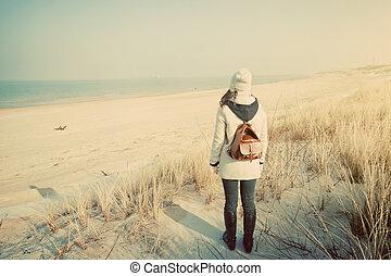 vrouw, schooltas, het kijken, retro, zee, strand
