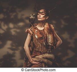 vrouw, shaman, in, ritueel, kledingstuk, met, havik